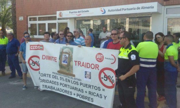 Almería secunda la concentración ante la sede de la Autoridad Portuaria, en protesta por los recortes que recoge el texto de la LPGE