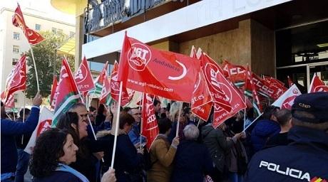 Cientos de trabajadores y trabajadoras del sector de la hostelería se manifiestan para exigir un convenio digno