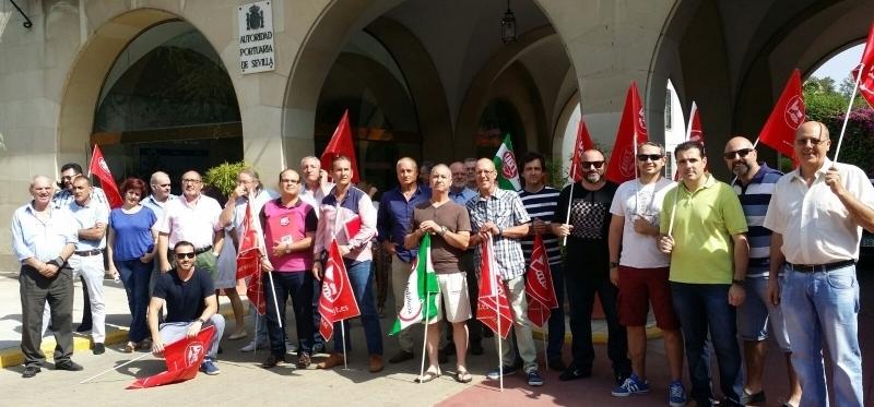 Sevilla secunda la concentracion ante la sede de la Autoridad Portuaria,en protesta por los recortes que recoge el texto de la LPGE