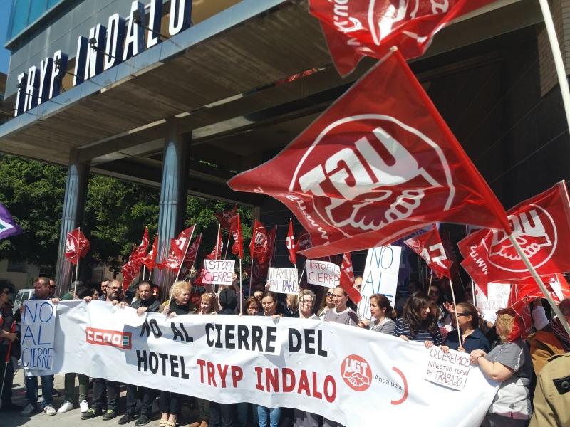 Los sindicatos UGT y CCOO concentrados en protesta por el ERE en hotel Tryp Indalo en Almería