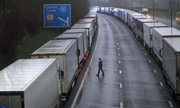 Miles de camioneros españoles atrapados en el Reino Unido.