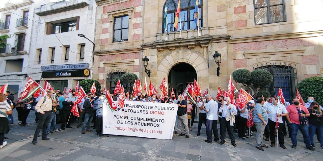 Los trabajadores y trabajadoras de autobuses urbanos de Algeciras convocan paros durante el mes de octubre
